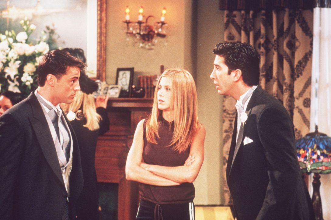 Da Emily auch am Flughafen zur Abreise in die Flitterwochen nicht erscheint, lädt Ross (David Schwimmer, r.) kurz entschlossen Rachel (Jennifer Ani... - Bildquelle: TM+  2000 WARNER BROS.