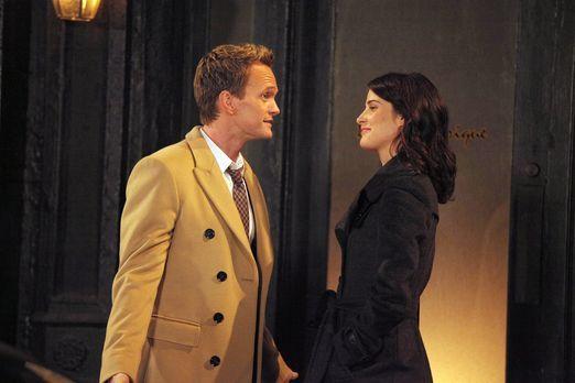 How I Met Your Mother - Als Robin (Cobie Smulders, r.) zögert, mit Nick Schlu...