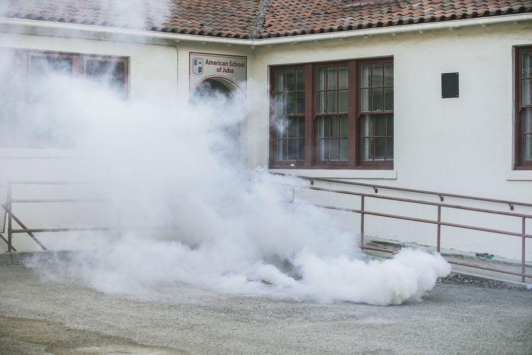 Um die Rebellen zu vertreiben, wirft Sonny eine Rauchgranate, als das Team an der amerikanischen Schule ankommt, die evakuiert werden soll. - Bildquelle: Erik Voake Erik Voake/CBS  2017 CBS Broadcasting, Inc. All Rights Reserved