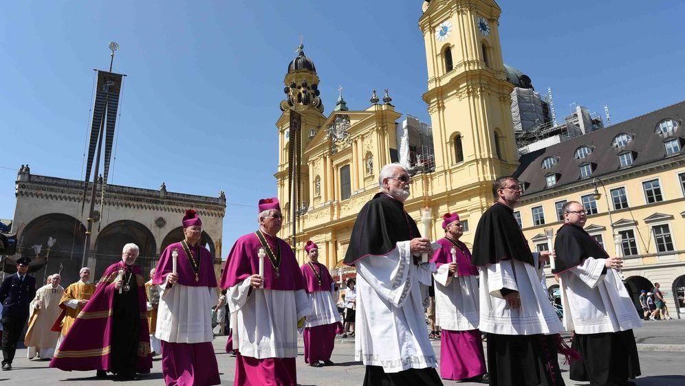 Tausende Katholiken feiern