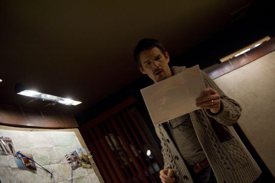Nicht nur die gefundenen Snuff-Filme machen Ellison (Ethan Hawke) wahnsinnig. Auch die seltsamen Geräusche und das Verhalten seiner Kinder belasten... - Bildquelle: Phillip Caruso 2011 GAME CHANGE