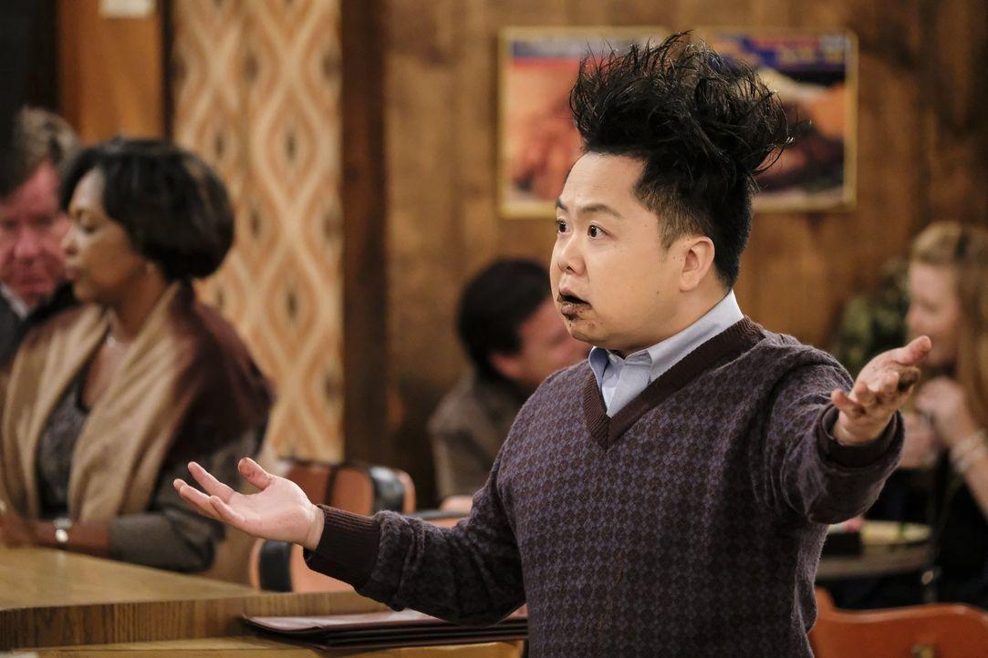 Nachdem Han (Matthew Moy) in eine Art Kakao-Rausch verfällt, muss Max eingreifen ... - Bildquelle: Warner Bros. Television