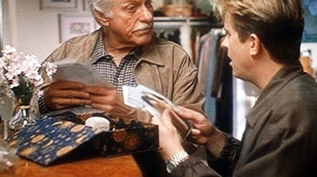 Mark (Dick Van Dyke, l.) und Jesse (Charlie Schlatter, r.) betrachten die Fot...