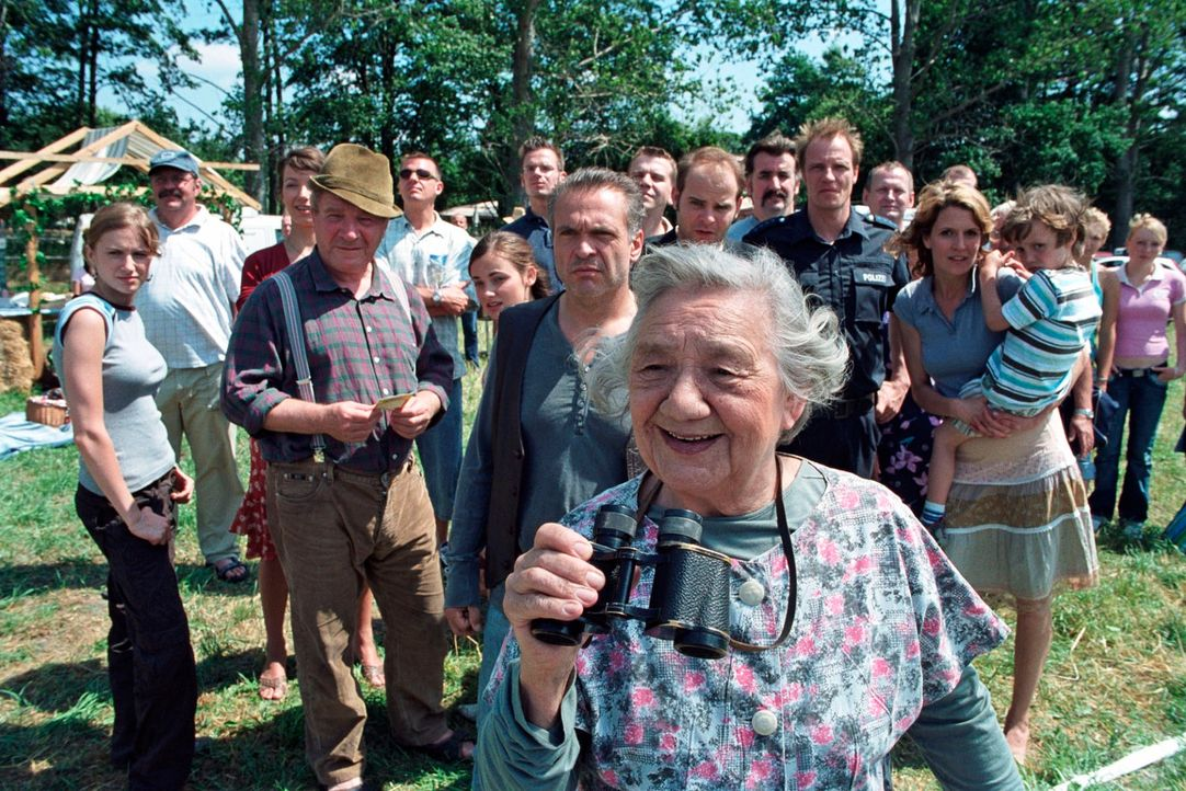 Alle sind gespannt: Hat etwa Oma Frischhut (Dorothea Walda) das Kuhroulette gewonnen? - Bildquelle: Hardy Spitz Sat.1