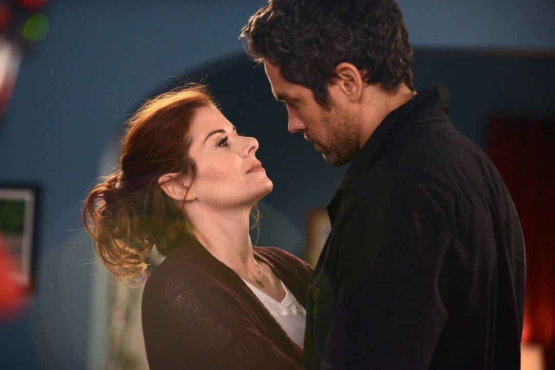 Sind glücklich miteinander: Tony (Neal Bledsoe, r.) und Laura (Debra Messing, l.) ... - Bildquelle: Warner Bros. Entertainment, Inc.