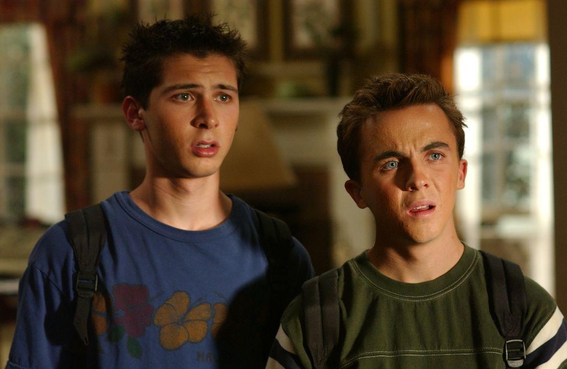 Reese (Justin Berfield, l.) und Malcolm (Frankie Muniz, r.) können nicht verstehen, warum Dewey abgehauen ist ... - Bildquelle: TM +   2005 - 2006 Twentieth Century Fox Film Corporation and Regency Entertainment (USA), Inc.