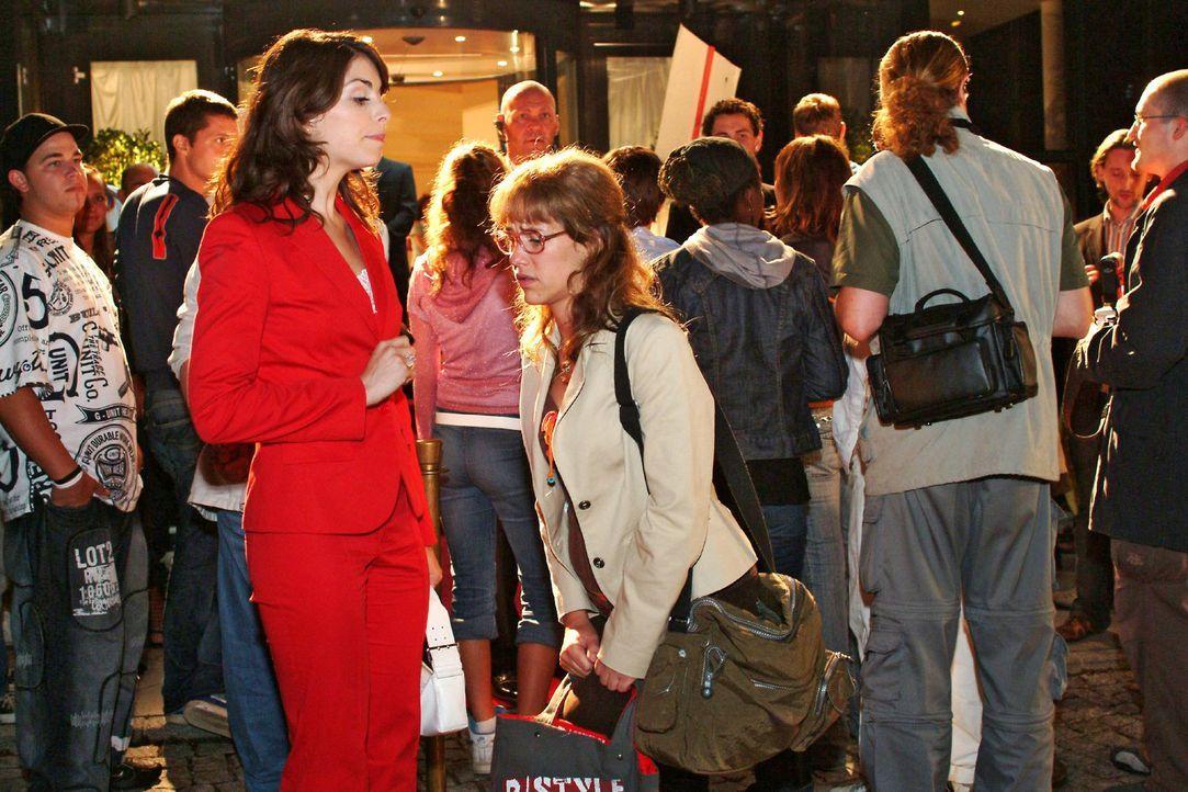 Mariella (Bianca Hein, l.) ist genervt, weil sie nicht an die Sängerin Xenia herankommt - und nun muss Lisa (Alexandra Neldel, r.) auch noch für kle... - Bildquelle: Monika Schürle Sat.1