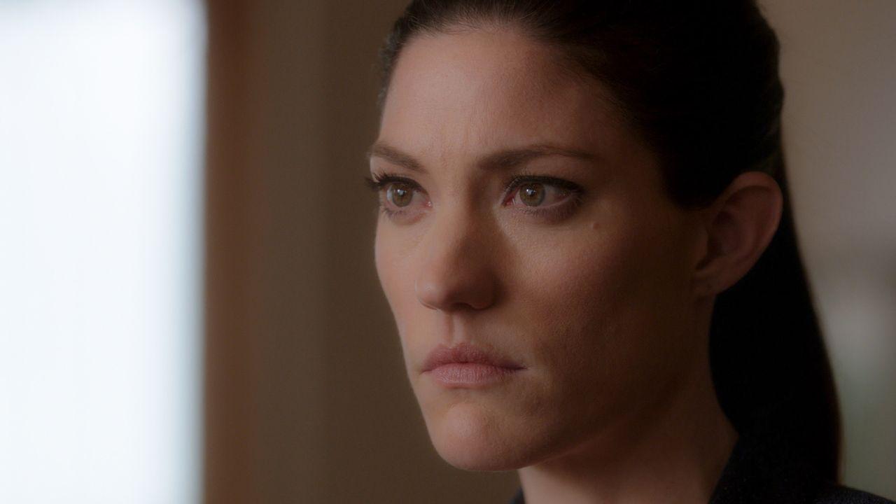 Rebecca (Jennifer Carpenter) kommt Brians Geheimnis langsam auf die Schliche ... - Bildquelle: 2016 CBS Broadcasting, Inc. All Rights Reserved