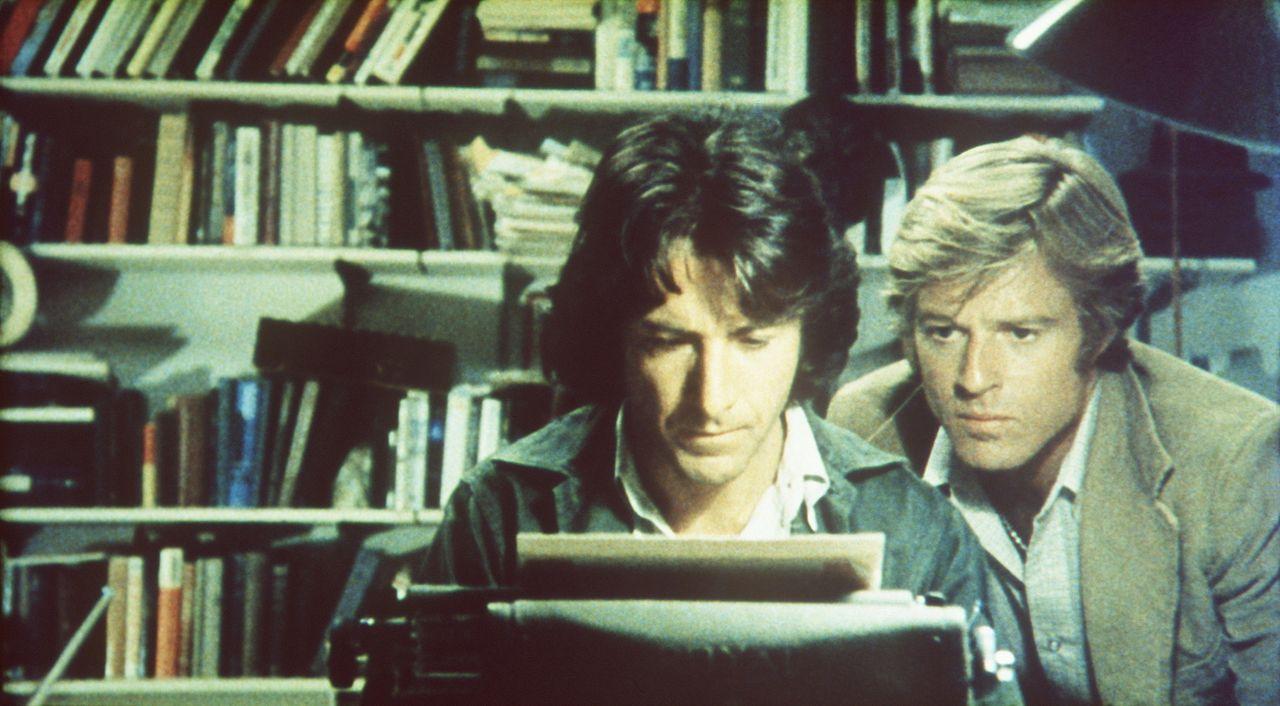 Trotz großer Schwierigkeiten und Bedrohungen für ihr Leben beginnen die Reporter Carl Bernstein (Dustin Hoffman, l.) und Bob Woodward (Robert Redfor... - Bildquelle: Warner Bros.