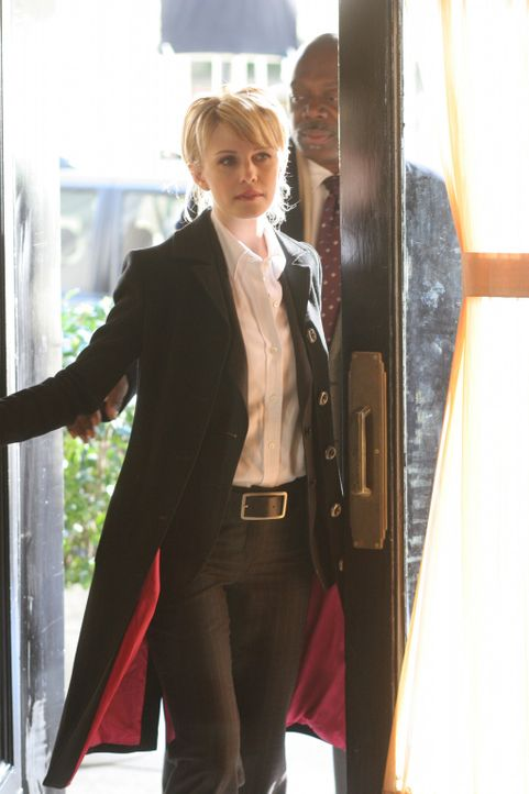 Medium shot of Kathryn Morris as Lilly Rush and Thom Barry as Will in doorway. - Bildquelle: Warner Bros. Television