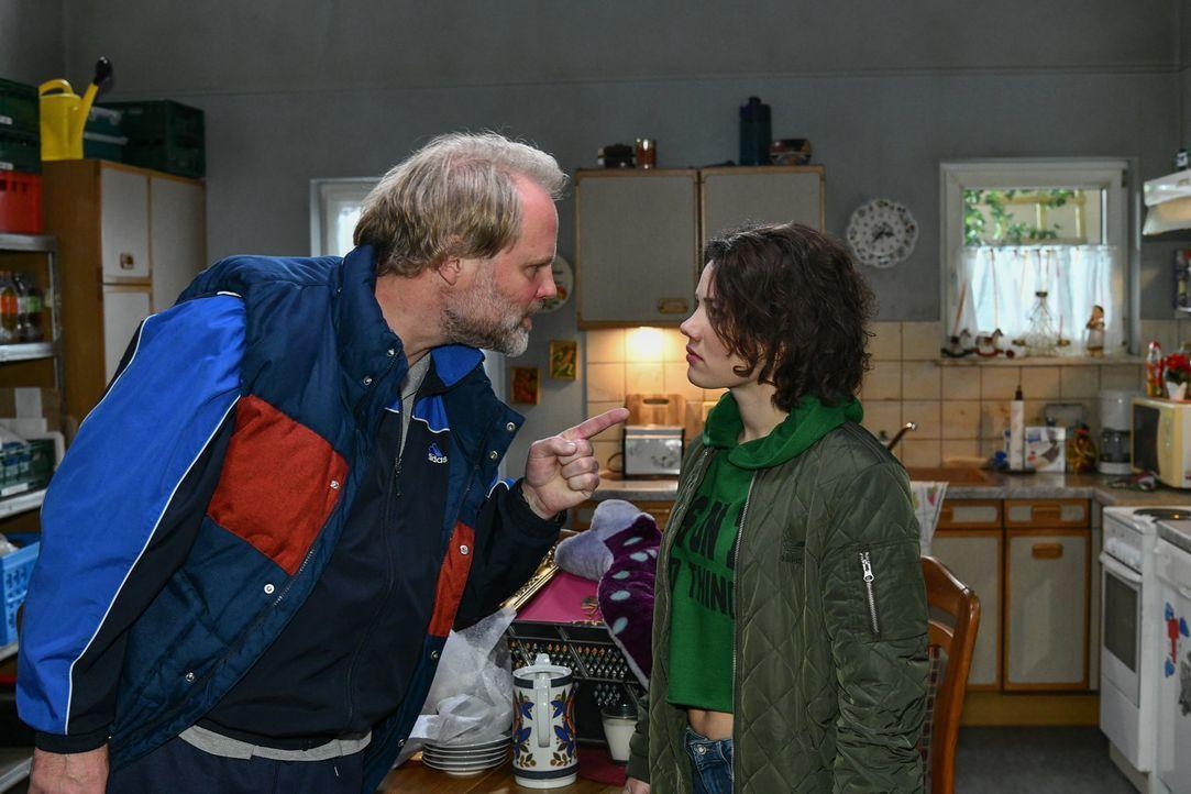 (v.l.n.r.) Mike Neumann (Mirco Reseg); Jenni Neumann (Anna Mennicken) - Bildquelle: Oliver Ziebe SAT.1/ Oliver Ziebe