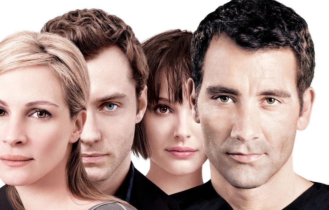 Als sich die Wege von Dan (Jude Law, 2.v.l.), Alice (Natalie Portman, 2.v.r.), Anna (Julia Roberts, l.) und Larry (Clive Owen, r.) zufällig kreuzen,... - Bildquelle: Sony Pictures Television International. All Rights Reserved.