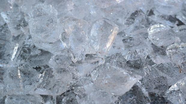 Bei einem Penisbruch sollten Sie umgehend mit Eiswürfeln oder Ähnlichem kühle...