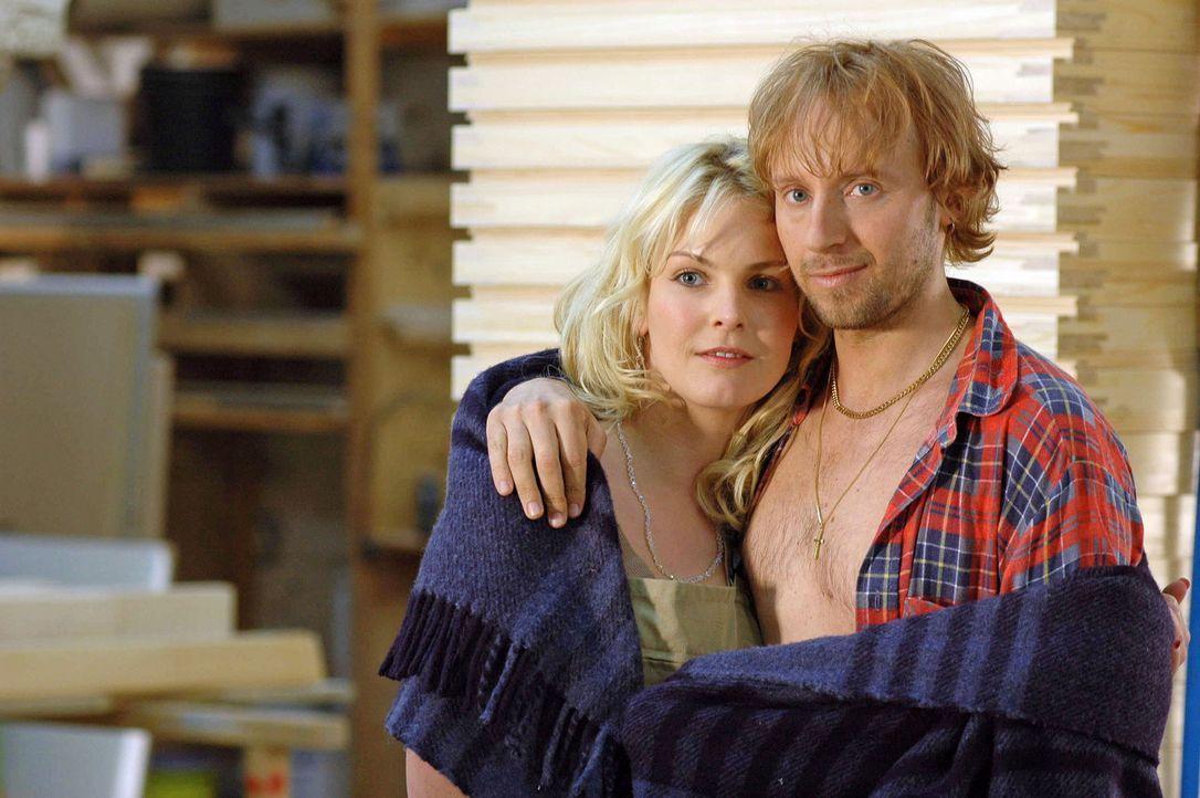Mit Pavel (Ivan Shvedoff, r.) hat Marie (Yvonne Schönherr, l.) offenbar das Liebesglück gefunden. Doch was wird aus ihrer Freundin Katharina? - Bildquelle: Sat.1