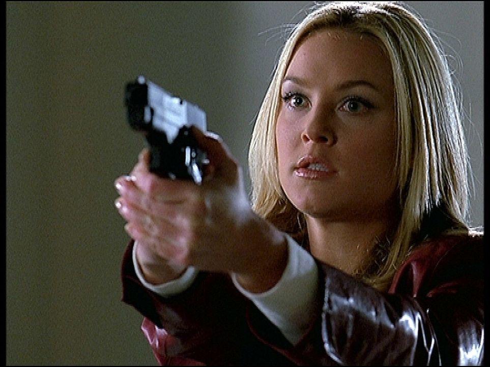 Kate Lockley (Elisabeth Rohm) ahnt nicht, in welche Gefahr sie sich begibt, als sie in einem Museum Einbrecher stellt. - Bildquelle: TM +   2000 Twentieth Century Fox Film Corporation. All Rights Reserved.