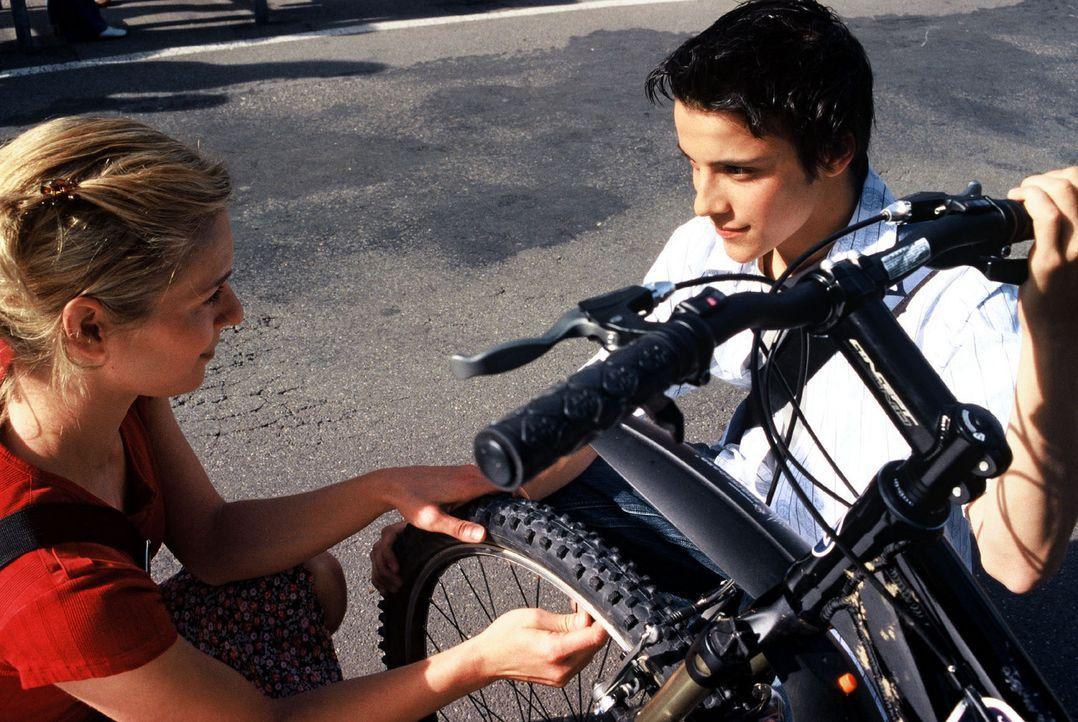 Cornelia (Lisa Martinek, l.) gelingt es durch einen Trick und Alexanders (Kostja Ullmann, r.) Vorliebe für den Radrennsport, Kontakt mit ihm aufzune... - Bildquelle: Sat.1