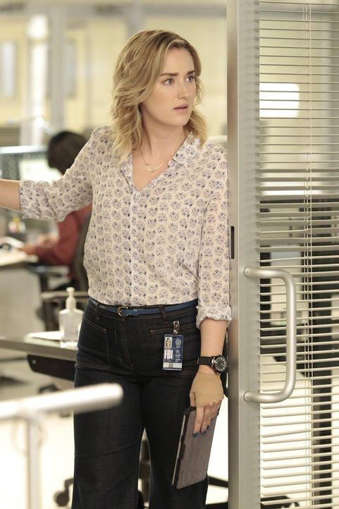 Patterson (Ashley Johnson) findet auf dem USB-Stick von Mayfair ein Foto, auf dem eine vermeintlich tote Jane in Soldatenkluft zu sehen ist. Was hat... - Bildquelle: Warner Brothers