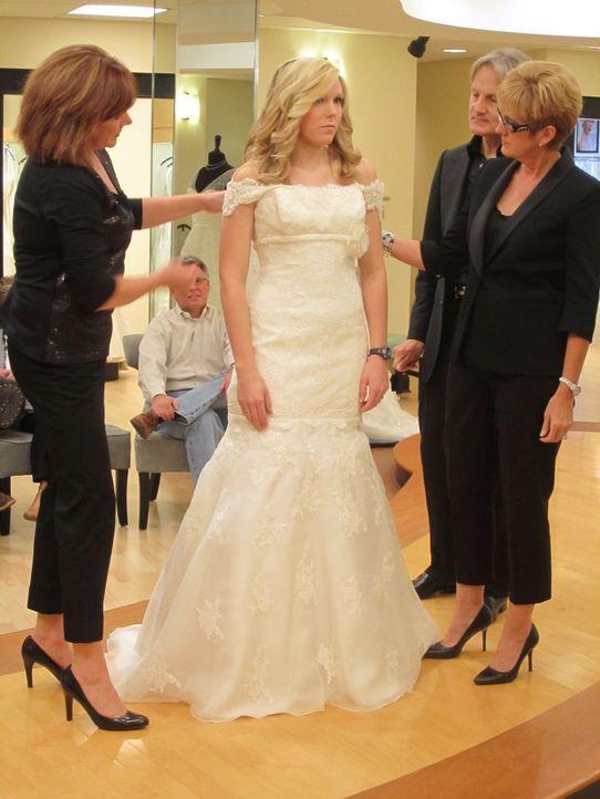 Courtney (2.v.l.) ist auf der Suche nach dem perfekten Hochzeitskleid ... - Bildquelle: TLC & Discovery Communications