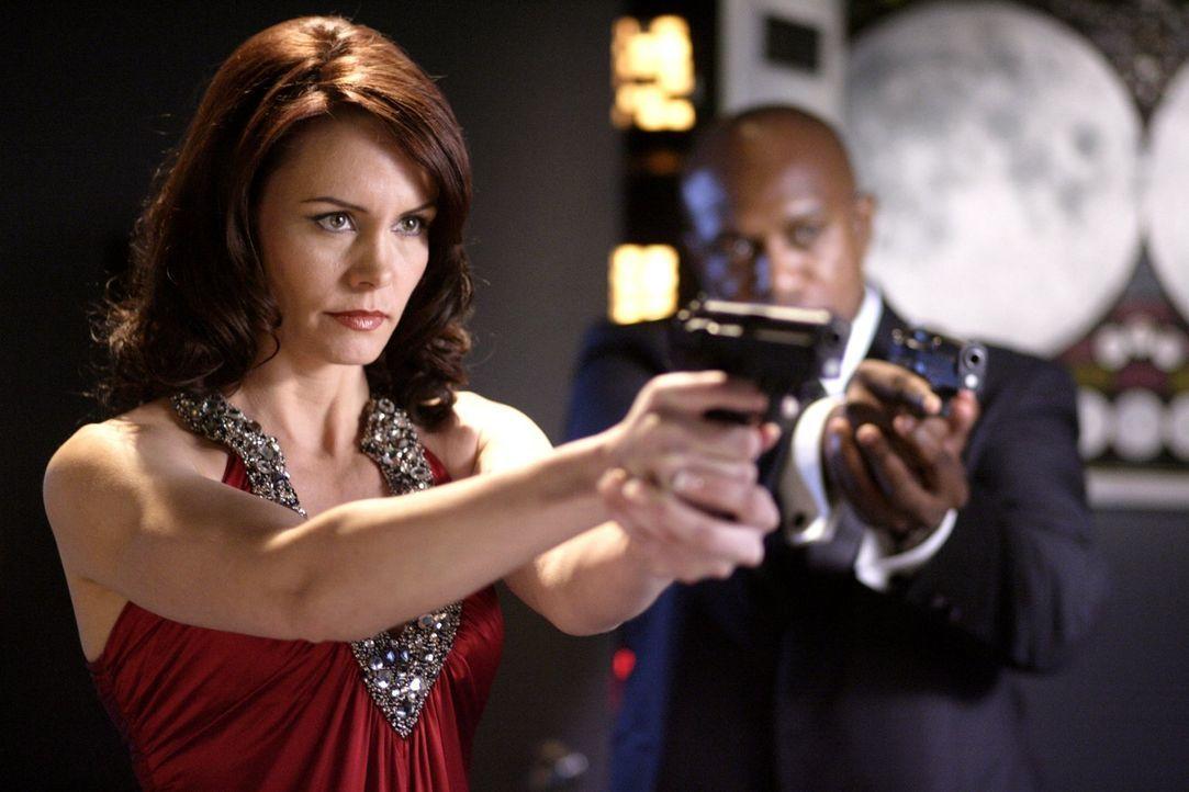 Ist Chloe nun eine Terroristin oder nicht? Agentin Webber (Anne Openshaw, l.) hat Jimmy überzeugt, seine Freundin zu verraten und bedroht sie jetzt... - Bildquelle: Warner Bros.