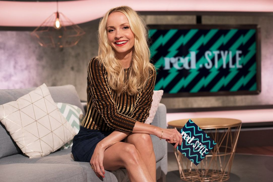 """Lifestyle at its best! Janin Ullmann geht als Fashionista auf Mission und präsentiert im sixx-Magazin red.Style unter dem Motto """"We make you happy""""... - Bildquelle: sixx"""