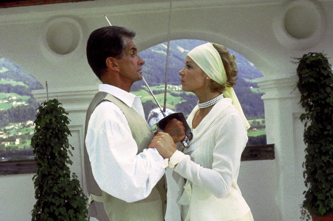 Karl von Ostenberg (George Hamilton, l.) und seine Geliebte Elsa Hellerstadt (Katja Riemann, r.) stehen sich in punkto Skrupellosigkeit in nichts na... - Bildquelle: Columbia Pictures