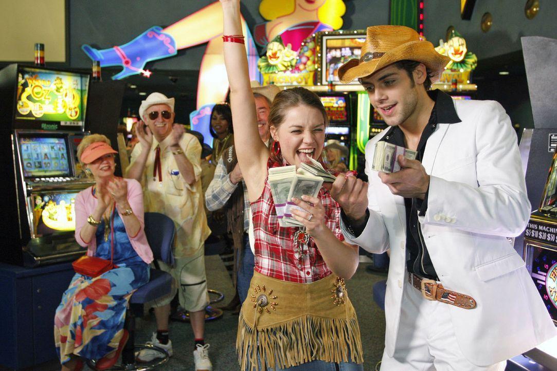 Jonas (Roy Peter Link, r.) hingegen erzählt, dass er im Casino nur verloren und Katja (Karolina Lodyga, l.) alles bezahlt hat. - Bildquelle: Noreen Flynn Sat.1