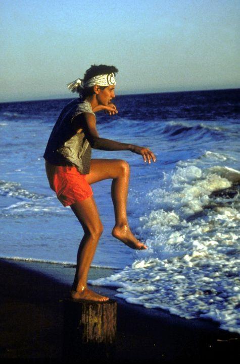 Um ein wirklicher Karate-Meister zu werden, muss der junge Daniel (Ralph Macchio) lernen, dass die Kraft eines Karatekämpfers nicht in seinen Fäus... - Bildquelle: Columbia Pictures
