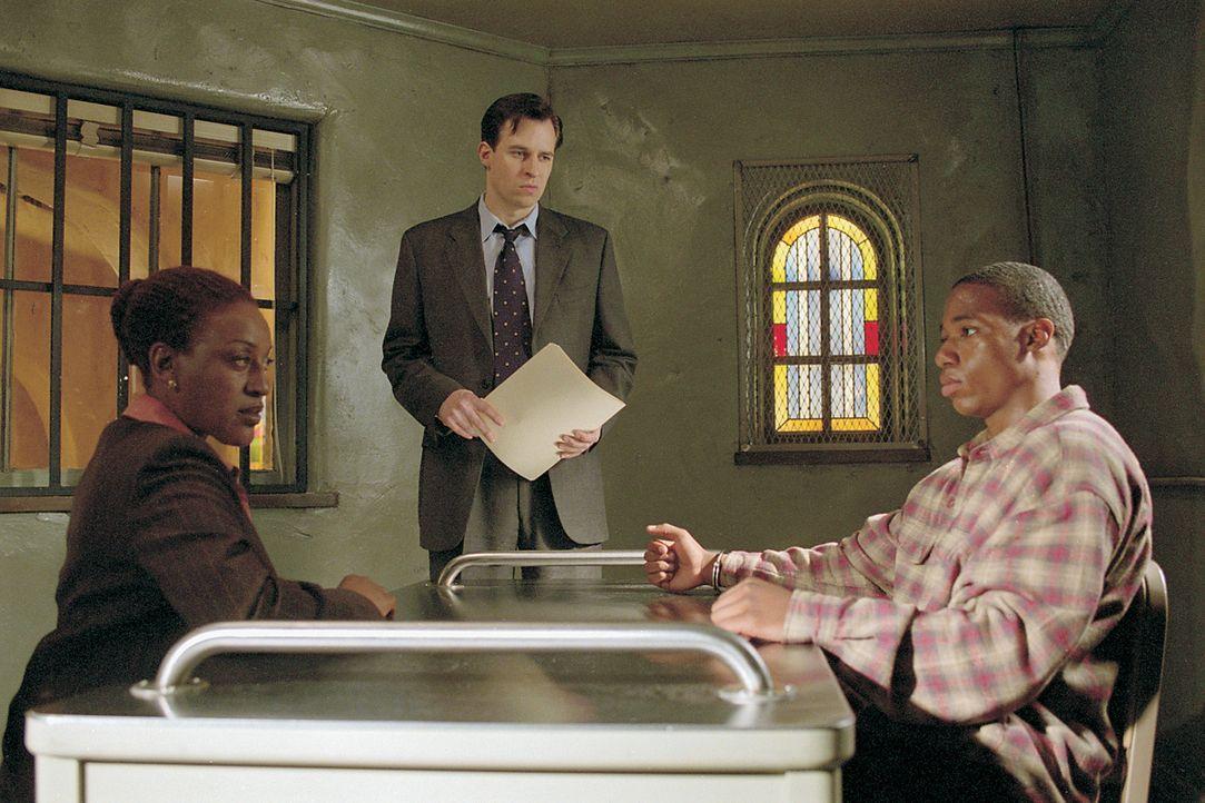 Detective Claudette Wyms (CCH Pounder, l.) und Detective Holland (Jay Karnes, M.) verhören einen Mann (Darsteller unbekannt, r.), der möglicherwei... - Bildquelle: 2003 Sony Pictures Television International