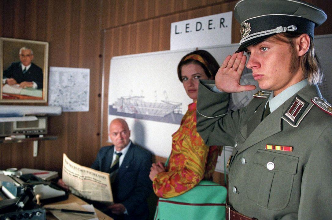 In der Höhle des Löwen: Jenny (Mira Bartuschek, M.) und Frank (Constantin von Jascheroff, r.) melden sich als angebliche Stasi-Mitarbeiter bei Haupt... - Bildquelle: Aki Pfeiffer Sat.1