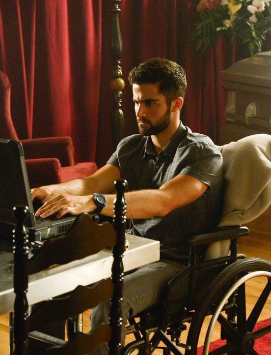 Hunter (Max Ehrich) findet Interessantes über die Firma Aktaion heraus ... - Bildquelle: Brownie Harris 2015 CBS Studios Inc.
