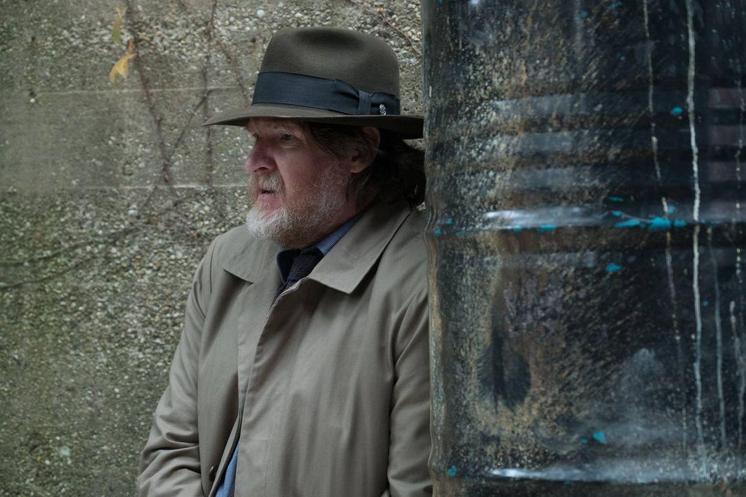 Gordon und Bullock (Donal Logue) entdecken einen Anhänger von Jerome, der plant ihn zurück zum Leben zu erwecken ... - Bildquelle: Warner Brothers