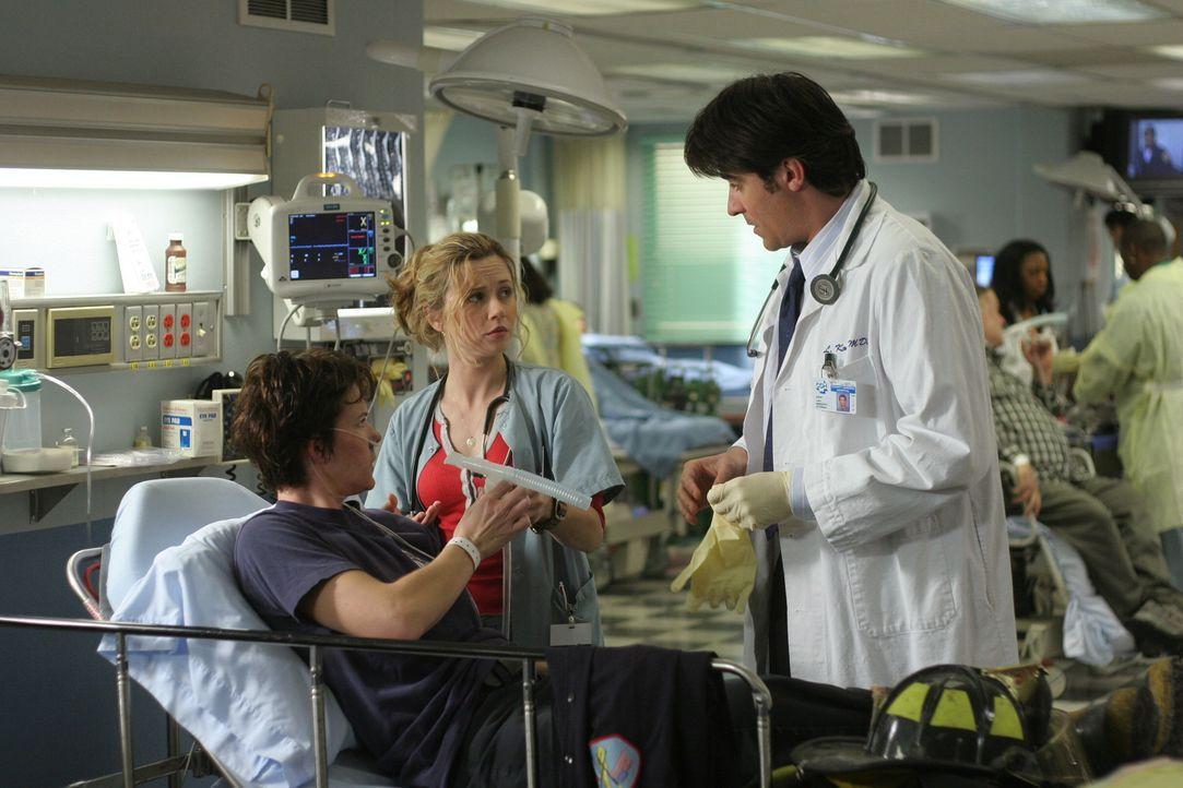 Bei einem Feuerwehr Großeinsatz hat sich Rilo Donahue (Michelle Wolf, l.) verletzt.  Sam (Linda Cardellini, M.) und Luka (Goran Visnjic, r.) überneh... - Bildquelle: WARNER BROS