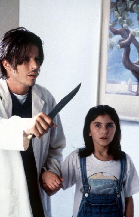 Ben (Rodney Eastman, l.) und seine Schwester Blair (Danielle Wiener, r.) fühlen sich bedroht. - Bildquelle: Viacom