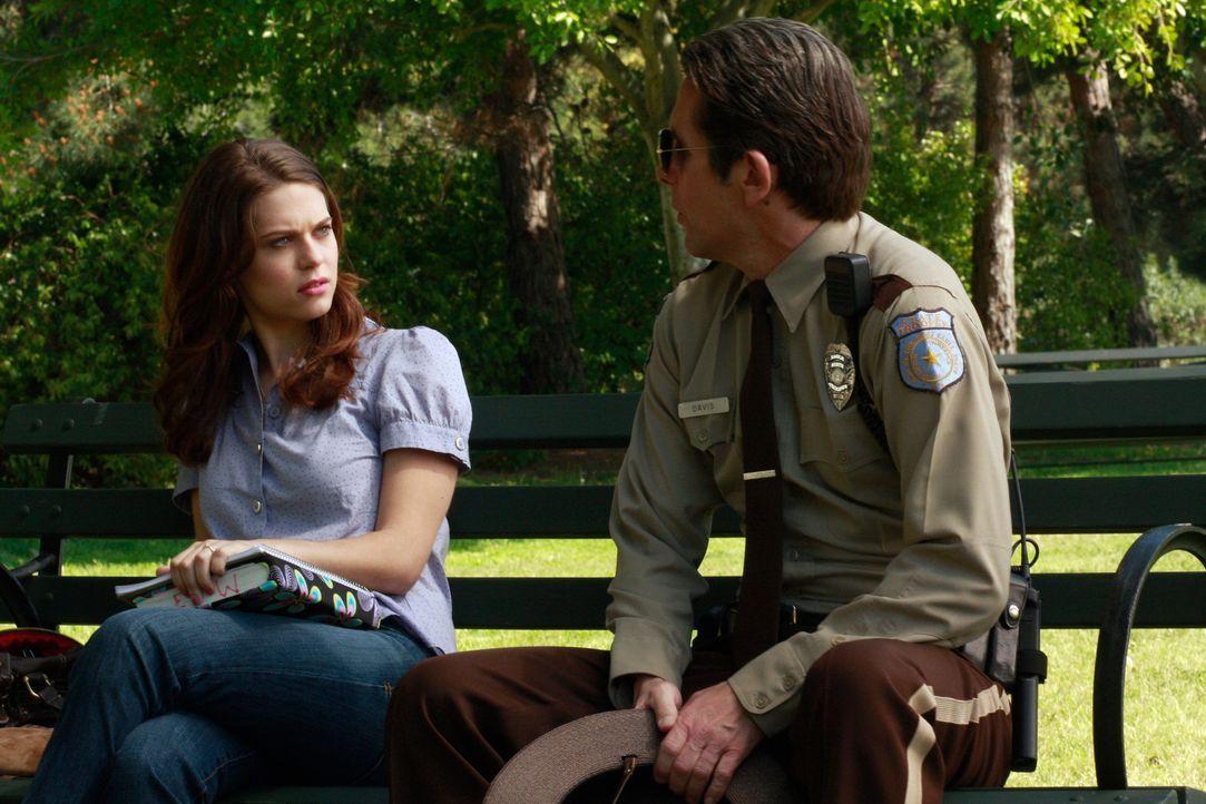 Dylan (Lyndsy Fonseca, l.) wird von einem Polizisten (Gary Cole, r.) angesprochen. Nach und nach stellt sich heraus, dass er ihr Vater ist ... - Bildquelle: ABC Studios