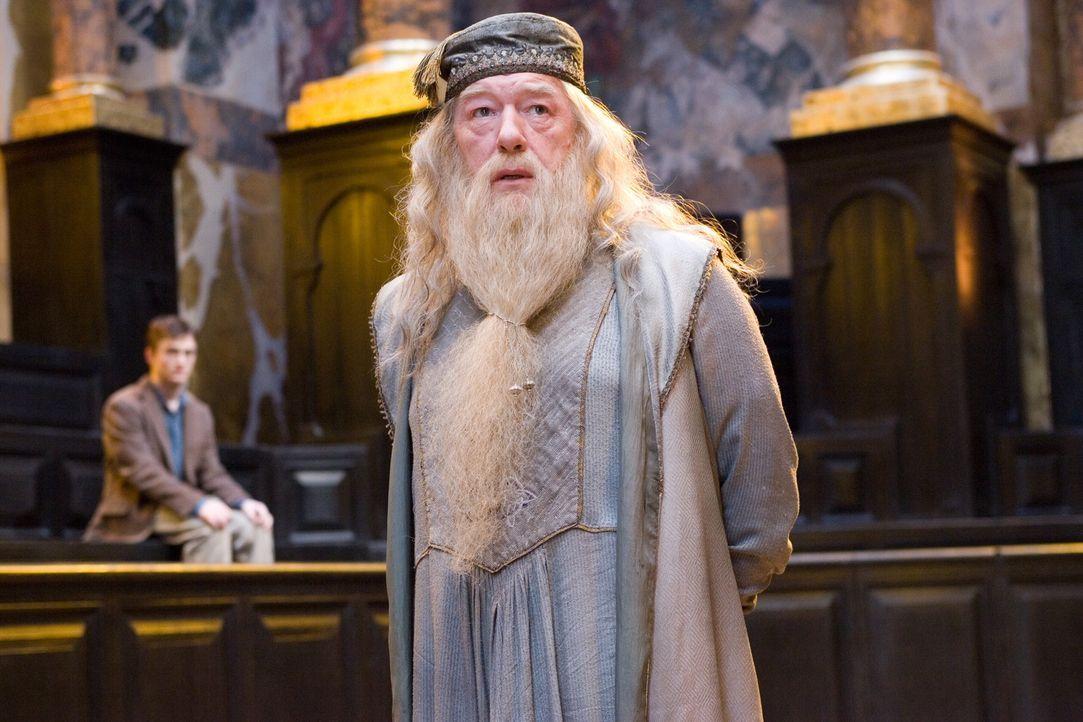 Harry (Daniel Radcliffe, l.) wird Dank Dumbledore (Michael Gambon, r.) nicht der Schule verwiesen. Dennoch macht er sich Sorgen, weil er erkannt hat... - Bildquelle: Warner Brothers International