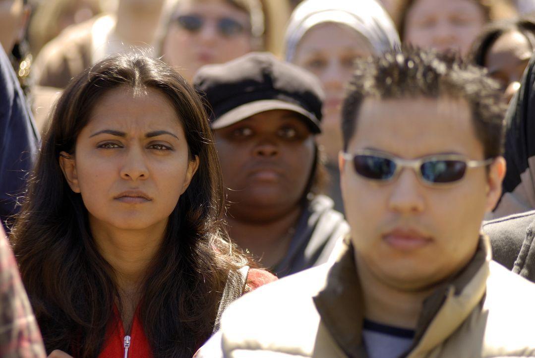 Wie in Trance mischt sich Neela (Parminder Nagra, l.) unter die Demonstranten ... - Bildquelle: Warner Bros. Television