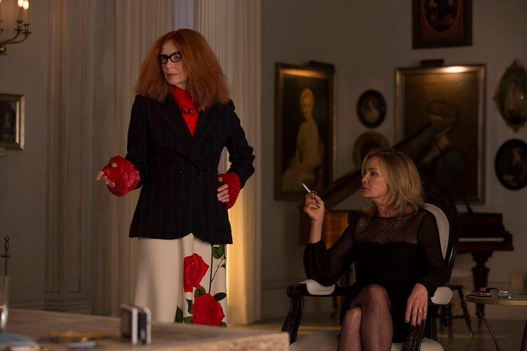 Fiona (Jessica Lange, r.) und Myrtle Snow (Frances Conroy, l.) werden so schnell keine Freundinnen mehr ... - Bildquelle: 2013-2014 Fox and its related entities. All rights reserved.