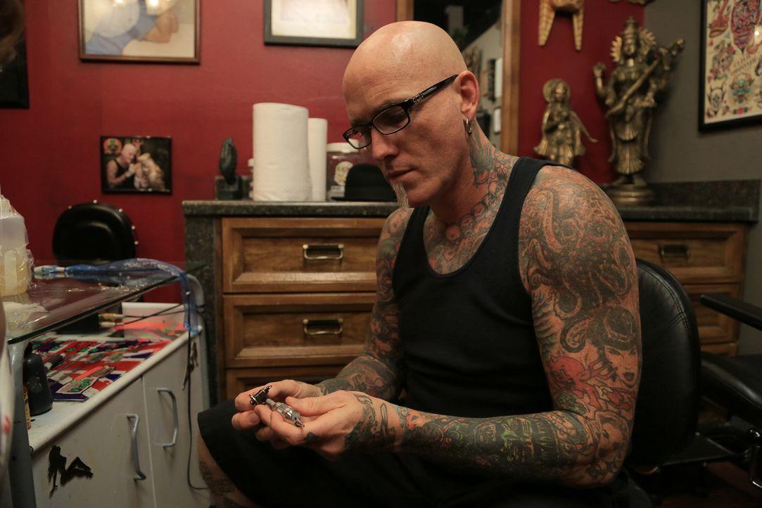 Bei seinem Versuch, neues Publikum für seinen Tattoo-Shop zu gewinnen, konnte Dirk eine ältere Dame überzeugen, sich tätowieren zu lassen ... - Bildquelle: 2013 A+E Networks, LLC