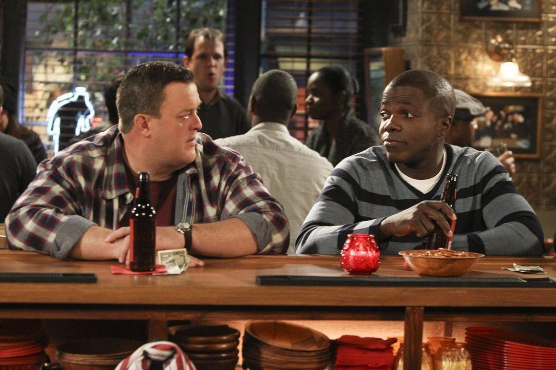 Während alle von Victorias neuem Freund James begeistert sind, fühlt sich Mike (Billy Gardell, l.) neben ihm wie ein Loser und schüttet sein Herz be... - Bildquelle: Warner Brothers