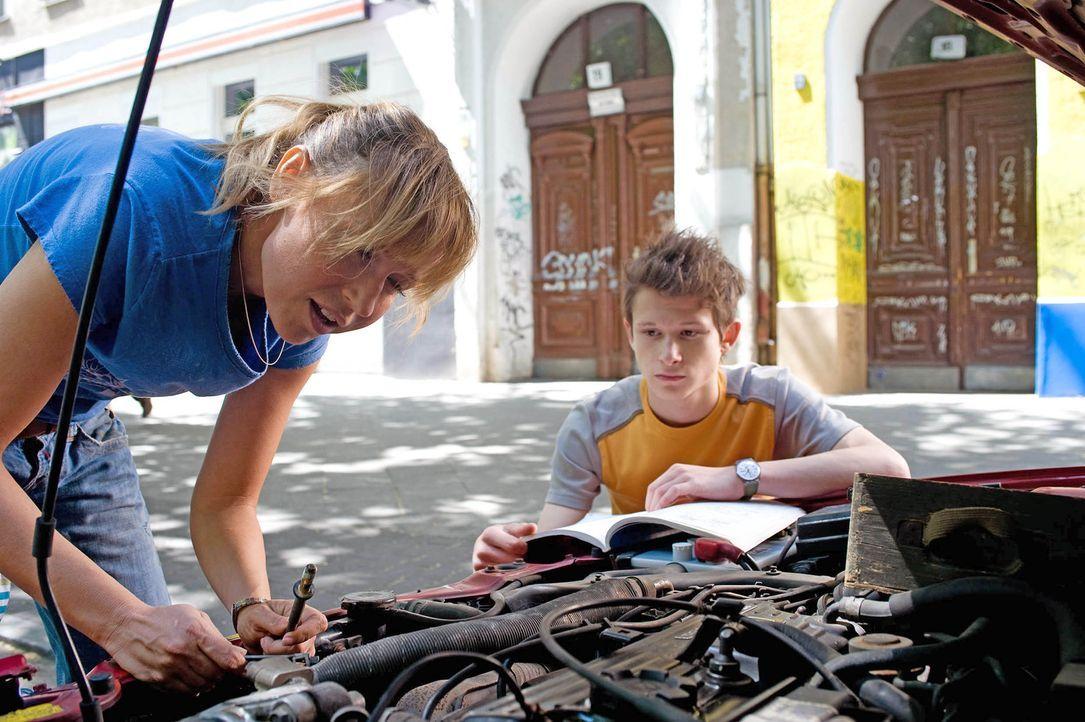 Ellen (Anica Dobra, l.) versucht einen Keilriemen auszutauschen. Franz (Joel Basman, r.) sieht seine Mutter eigentlich eher selten. Nach der Scheidu... - Bildquelle: Gordon Mühle Sat.1
