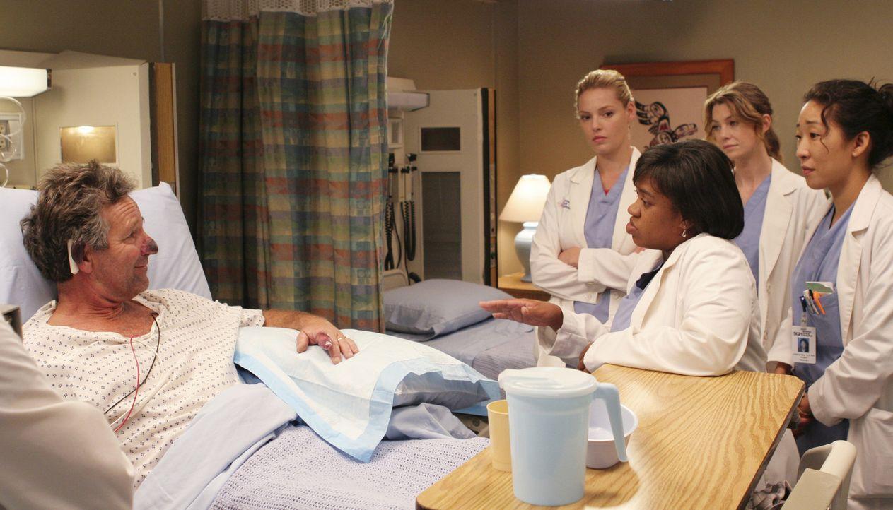Visite: Dr. Bailey (Chandra Wilson, M.), Cristina (Sandra Oh, r.), Meredith (Ellen Pompeo, 2.v.r.) und Izzie (Katherine Heigl, 2.vl.) sehen nach Car... - Bildquelle: Touchstone Television
