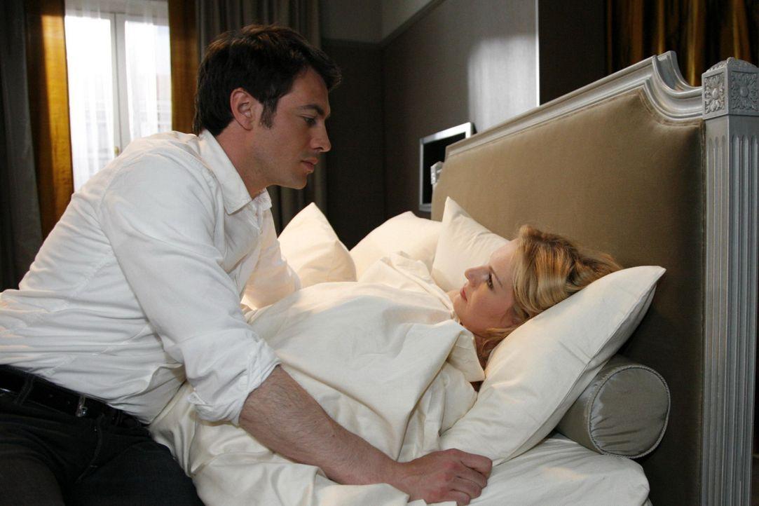 Mark (Arne Stephan, l.) kann Alexandra (Ivonne Schönherr, r.) in letzter Sekunde retten und verspricht ihr daraufhin, für immer bei ihr zu bleiben... - Bildquelle: SAT.1
