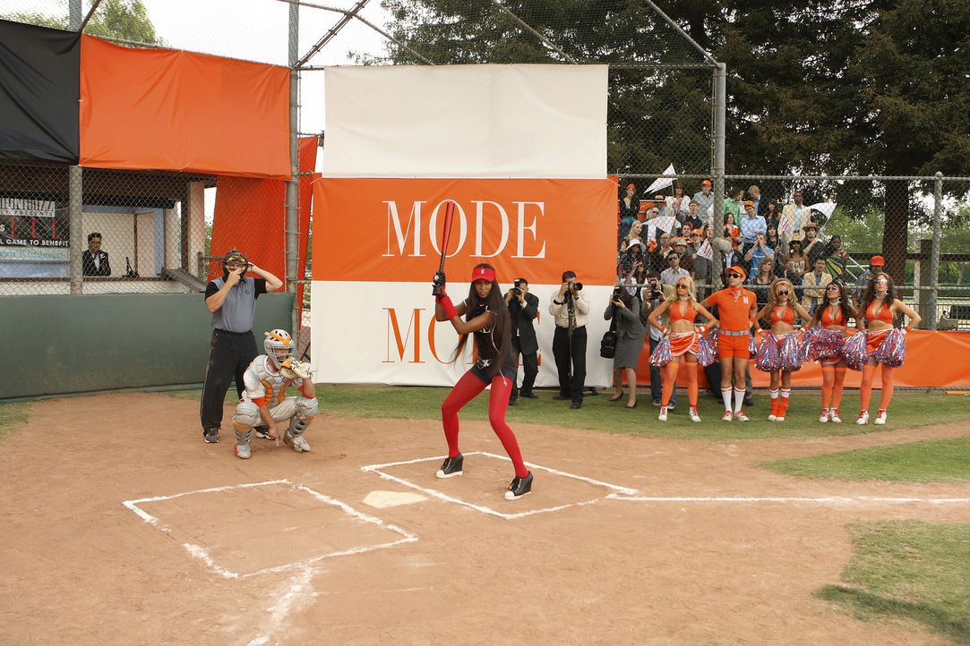 Mode vs. ELLE - das Wohltätigkeitssoftball-Spiel des Jahres: Supermodell Naomi Campbell (Naomi Campbell, r.) macht auch auf dem Platz eine perfekte... - Bildquelle: Buena Vista International Television