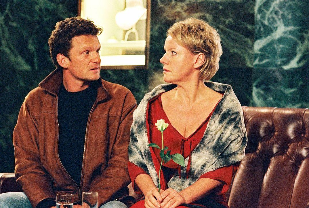 """Helen (Mariele Millowitsch, r.) hat sich in Schale geworfen, um ihren """"gekauften"""" Mann (Gabriel Barylli, l.) zu treffen. - Bildquelle: Thorsten Jander Sat.1"""