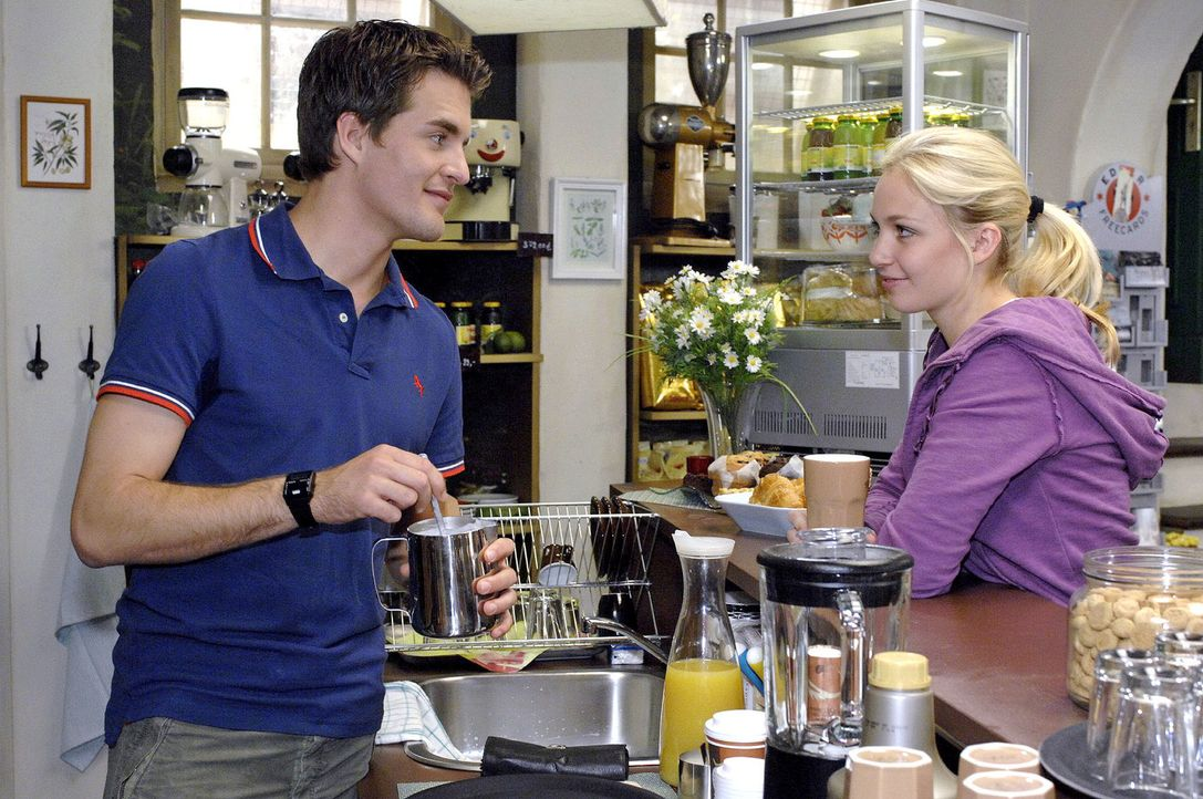 Durch Lars (Alexander Klaws, l.) erfährt Nancy (Jil Funke, r.) von den Eheproblemen der Brodas. - Bildquelle: Oliver Ziebe Sat.1