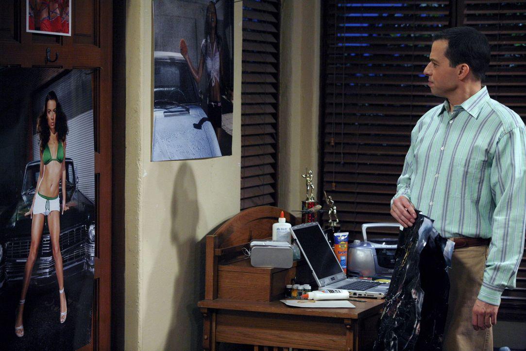 Alan (Jon Cryer) ist bestürzt, als er bemerkt, dass sein Sohn Jake in seinem Zimmer die Märchenposter gegen Poster mit scharfen Bräuten auf Motor... - Bildquelle: Warner Brothers Entertainment Inc.