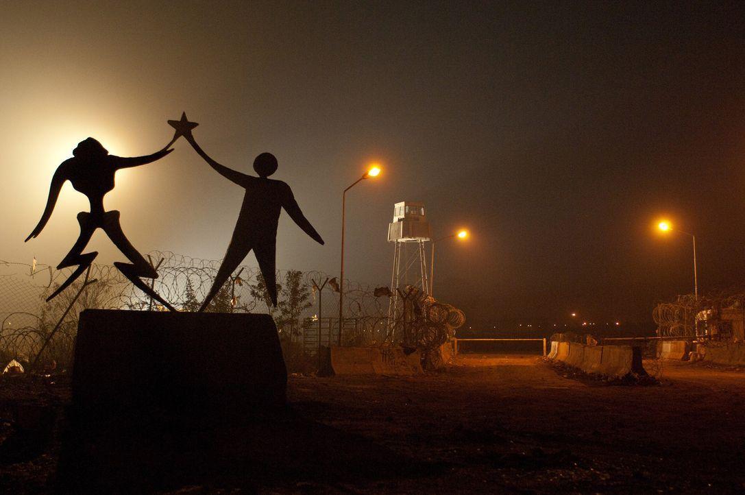 Die Wirklichkeit sieht ganz anders aus: Die Aliens hausen unter denkbar unwürdigen Zuständen in District 9 und die Menschen sind der Hilfe schon s... - Bildquelle: 2009 District 9 Ltd. All Rights Reserved.