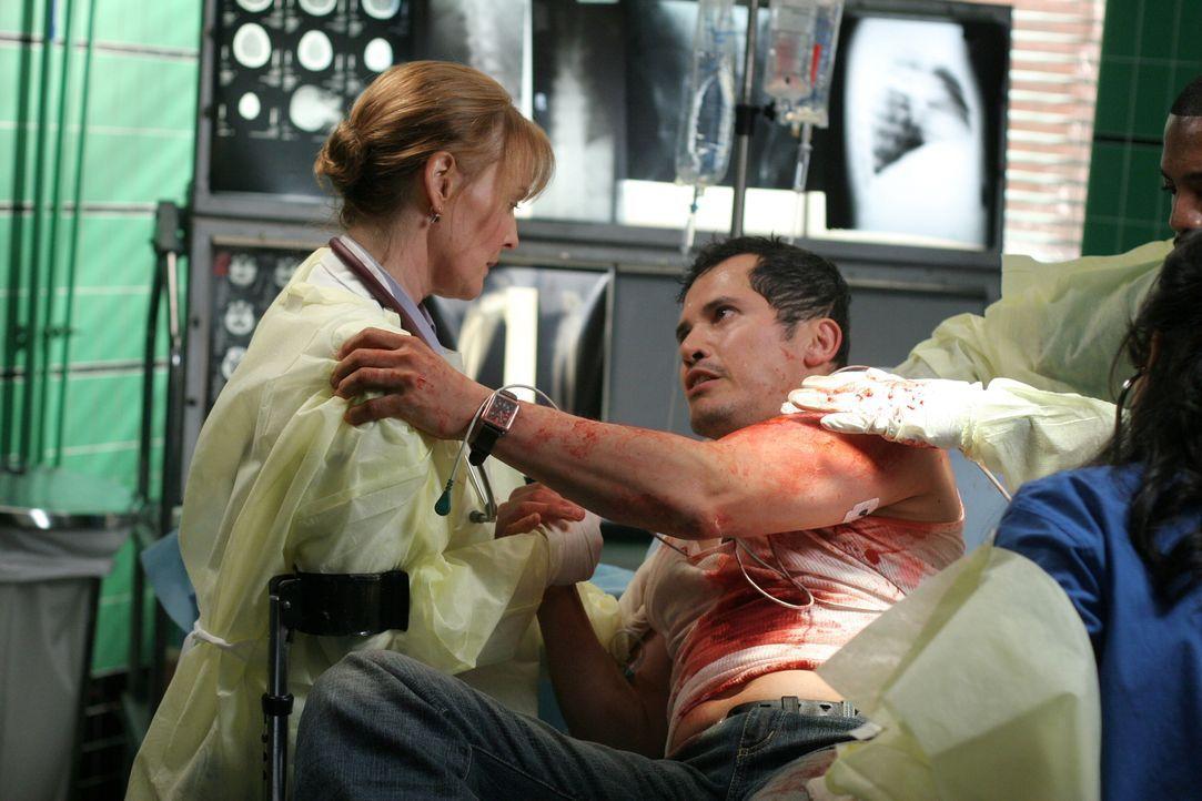 Weaver (Laura Innes, l.) versucht Clemente (John Leguizamo, r.) zu beruhigen, der um das Leben seiner Freundin bangt ... - Bildquelle: Warner Bros. Television