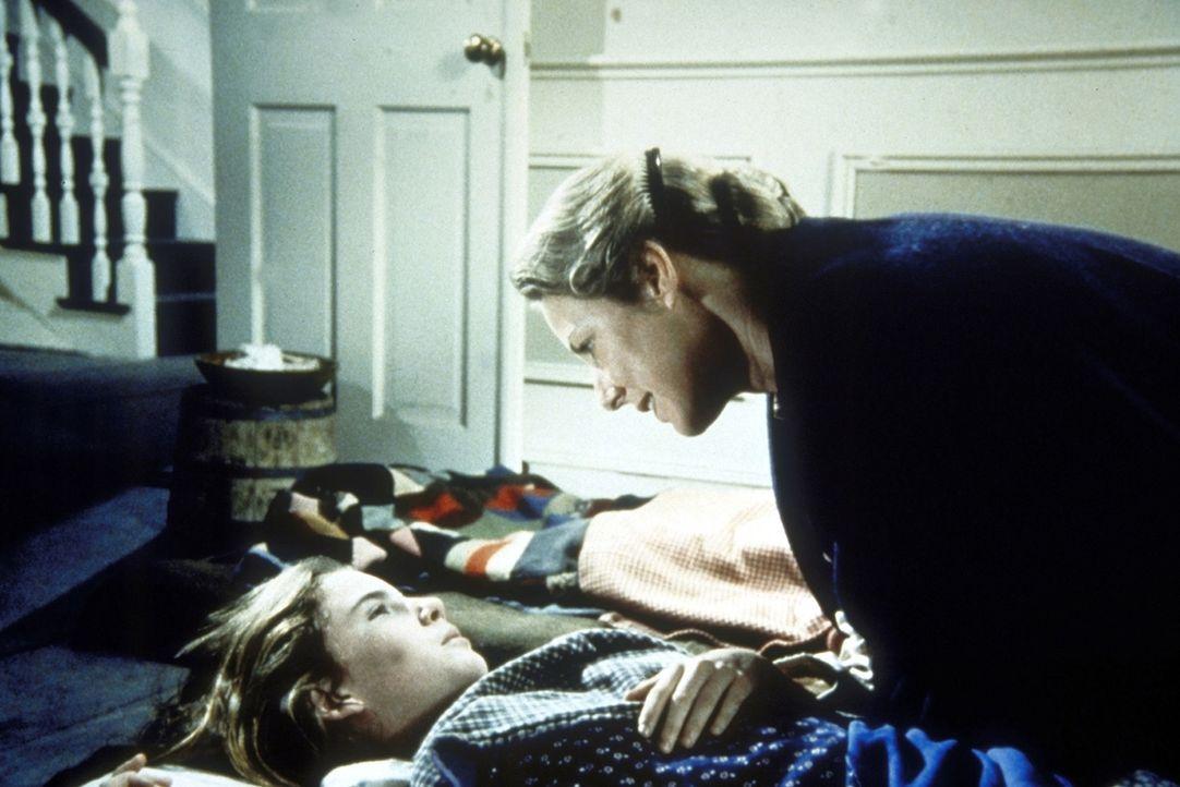 Laura (Melissa Gilbert, l.) fantasiert aufgrund ihrer Krankheit und wird von Caroline (Karen Grassle, r.) beruhigt. - Bildquelle: Worldvision