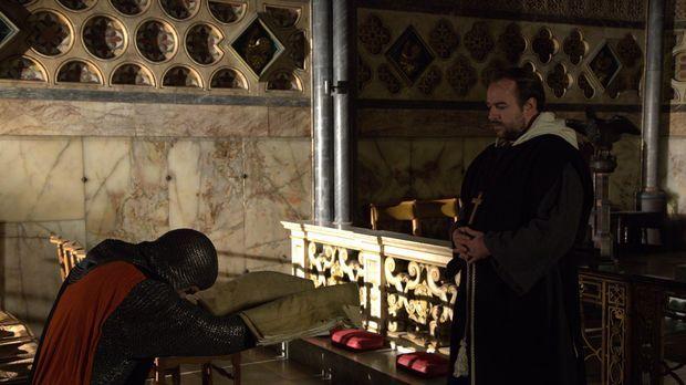 Ist dies der heilige Gral? Der Ritter Geoffrey de Charney (l.) übergibt das v...